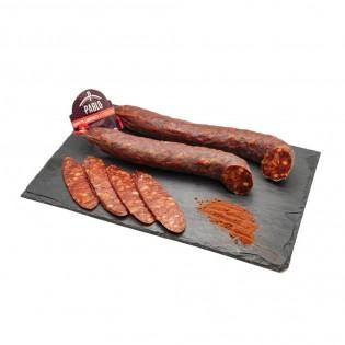 Presentación en pizarra de chorizo picante con la pieza enteroa y unas rosajitas cortadas-Agustín Delicatessen
